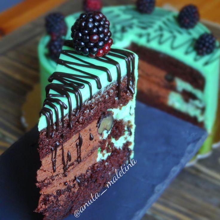Неделю моя мама вожделенно ждала шоколадно-мятного торта.  Тихо и скромно ждала, пока дойдет до нее очередь... Вчера ночью наконец собрала и покрыла его. Утром встала позже всех, на кухне уже сидела мама и муж перепачканные в торте  Даже не дождались дизайна и ягодок  Но разрез я всё же ухватила у них и декор на очень скорую руку доделала  Ах, #семьятакаясемья  На фото мой любимейший #торт шоколадный с двумя видами крема: мятный и шоколадный крем-чиз, с голубикой.  #mоumopmы  Этим ...