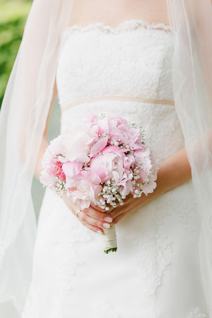 Ramo de novia de peonías rosas y gypsophila en www.weddingstyl …