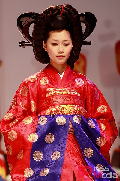 This is Crown princess' wedding dress in Joseon dynasty. This costume name is Hong-won-sam. 'Hong' means red. 'Won-sam' is ceremonial dress for ladies.