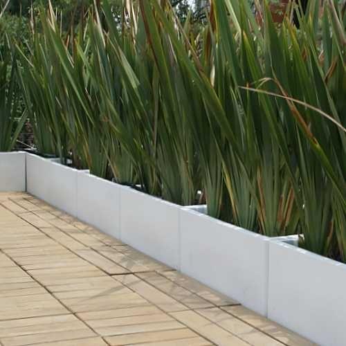 Ornamental grass in cinder block edging Front Porch Plants, Patio Plants, Outdoor Landscaping, Front Yard Landscaping, Landscape Curbing, Mykonos, Small Gardens, Garden Planning, Pergola