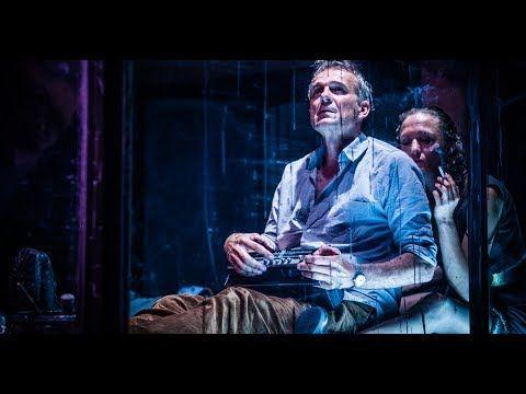 """""""Muttermale Fenster blau"""" von Sasha Marianna Salzmann (Regie Tobias Herzberg)  Es ist Winter irgendwo im Wald ein Junge überrascht einen Mann mit seinem Besuch. Als er behaupte der Mann sei sein Grossvater reagiert dieser schroff und abweisend. Irgendwo in der Stadt: Ein Paar schirmt sich von der Aussenwelt ab. Leo ist Maler. Lena nimmt ihm den Pinsel ab und malt die Fenster dunkel. Die Suche nach Herkunft und Identität führt zu ungeahnten Begegnungen und Entdeckungen. Die Autorin Sasha…"""