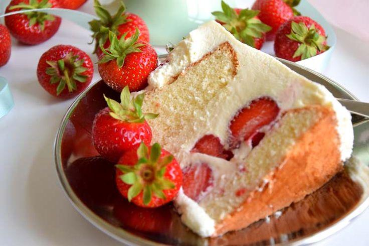 Ein leckere Erdbeer-Torte mit weißer Schokolade. Dazu frische leckere Erdbeeren auf dem Kuchenhaupt. Statt Erdbeeren kann man natürlich auch andere Früchte verwenden. Wie wäre es z. B. mit Heidelbeeren, Brombeeren etc. Der Sommer kommt fruchtig daher.