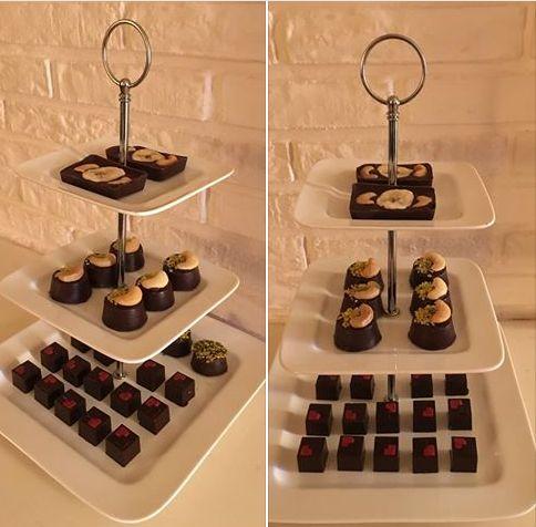 Deze keer: pure chocola met een zoetzure vulling van room, witte chocola en granaatappel / pure chocolade gevuld met een ganache van caramel-melkchocolade-zeezout, gedecoreerd met cashew en gedroogde banaan