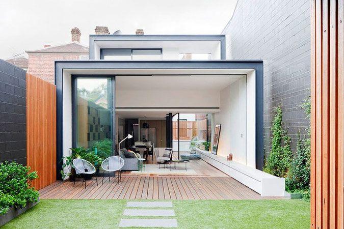 Moderne aanbouw met zwart staal en glas