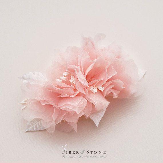 El peine de Flor nupcial rosa blush es artesanal con telas de seda puras. Los pétalos de las flores están hechos de 100% seda. Pétalos son mano corta, mano presiona y ensamblados uno a uno a mano. La flor nupcial pelo pieza measurs aprox. 4.5 amplia y segura con un peine de metal. Opciones de fijación son plata peines de metal, peines de metal dorados y cocodrilo. Opciones de color de los pétalos son marfil, blanco y blush rosa.  • No. del artículo: F911060 • El blush rosa pura seda floral…