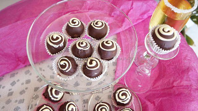 Τρούφες Καρύδας με Γκανάς Μαύρης Σοκολάτας