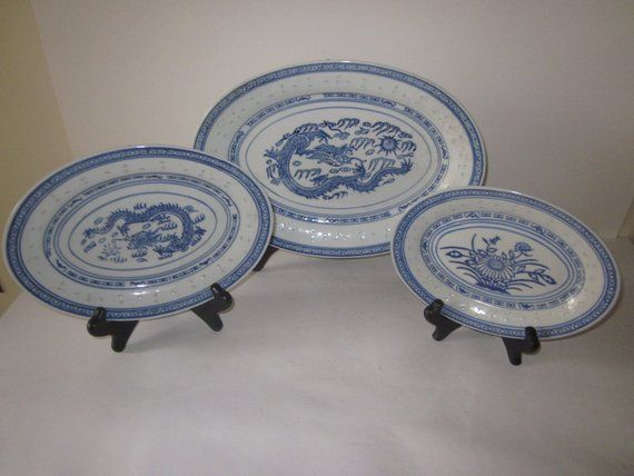 Chinese Porcelain Rice Grain Oval Serving Platters Hand Painted Blue And White Details Set Of 3 Wooden Display Stand White Porcelain Platters