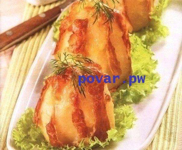 Картофель запеченный в фольге с сыром и ветчиной  Ингредиенты: Для приготовления картофеля запеченного в фольге нам необходимо 8 средних по размеру картофелин, 100 гр. любого твердого сыра, 100 гр. нежирной ветчины, 8 чайных ложек сливочного масла, 4 зубчика чеснока, зелень петрушки и укропа, листья салата и соль по вкусу.  Способ приготовления: 1.Картофель перед запеканием необходимо очистить и срезать один конец, для того чтобы картофель держался вертикально. Затем картофель вертикально…