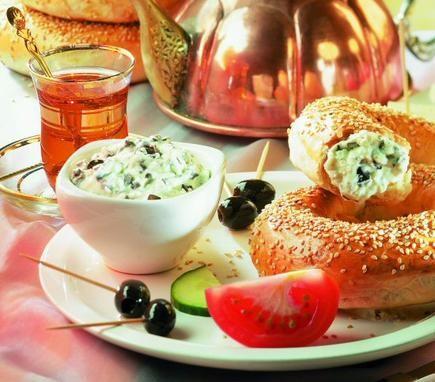 Ein cremiger Dip mit Schafkäse und Oliven zu Gegrilltem oder Brot
