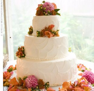 I absolutely love the icing design on this cake would be better with daisies!!!