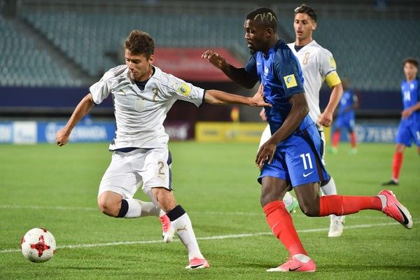 Italy's defender Giuseppe Scalera (L) fights for the ball with France's forward Marcus Thuram during their U-20 World Cup round of 16 football match between France and Italy in Cheonan on June 1, 2017. / AFP PHOTO / KIM DOO-HO