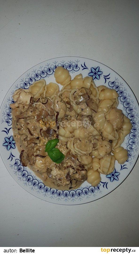 Do hrnce dáme těstoviny (domácí či kupované), posolíme a dáme vařit. Do menšího hrnce nalijeme zhruba půl litru vody, přidáme houby, já použila...