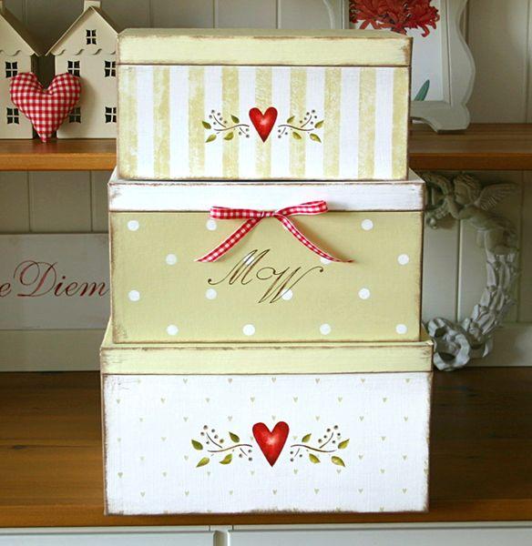 Süßes, liebevoll von Hand bemaltes Boxen-Set im shabby Look in weiß, creme und beige. Auf die mittlere Box werden zwei Initialen nach Wunsch gemalt...