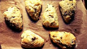 zweites Frühstück - second breakfast: moist, flaky and tender, currant-rosemary scones