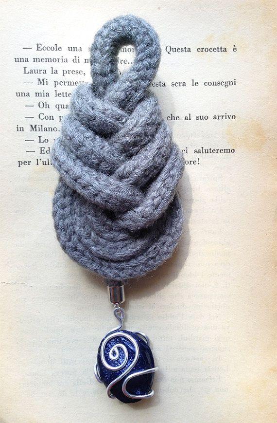 Nodo pipa grigio con ciondolo blu. Grey pipa knot with blue pendant.
