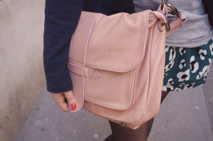 Sac en cuir rose nude type cartable. Pink leather bag by Léa Toni