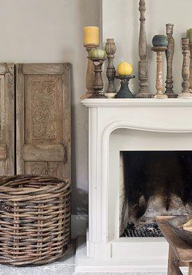 Kandelaars DIY | doe het zelf Een verzameling oude kaarsenstandaarden en kandelaars in allerlei afmetingen vormt samen een vlammend geheel.  www.twoonhuis.nl