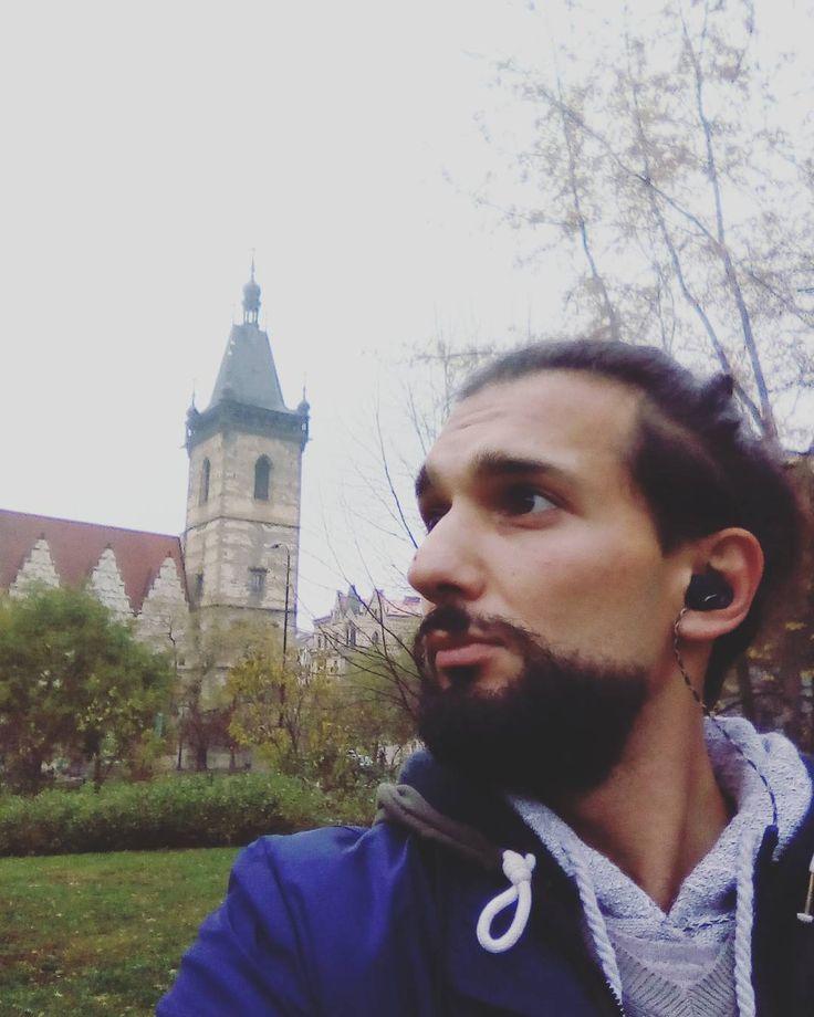 Karlovo náměstí..  a editovaná věž rakousko-uherskou dynastií která dala odstranit tehdejší velmi pokročilý orloj umístěný mezi prvnim a druhým oknem ...býval krásnější a užitečnější než orloj na Staromáku...neboť měřil kosmické cykly a říkal Pražanům kdy je vhodná doba na co. .... . #karlovonamesti  #praha #praha #mestosvetla  #kareliv  #charlesiv  #kaplebozihotela  #lednacekatocenice #radlednackaaticenice #radkladivaaobruce #svrchovanyraddraka #milujuprahu #cechycechum  #monarchie…
