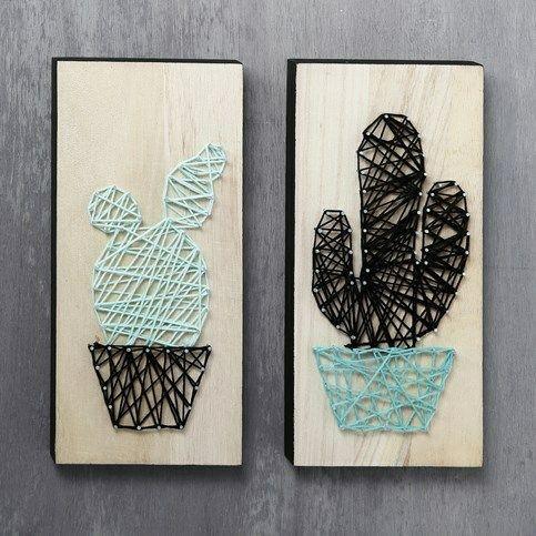 Begge kaktusser er lavet som String Art med bomuldsgarn. Små søm i ikonpladerne, danner motivet for dit garn, som skal føres rundt om alle, for at give det færdige resultat.