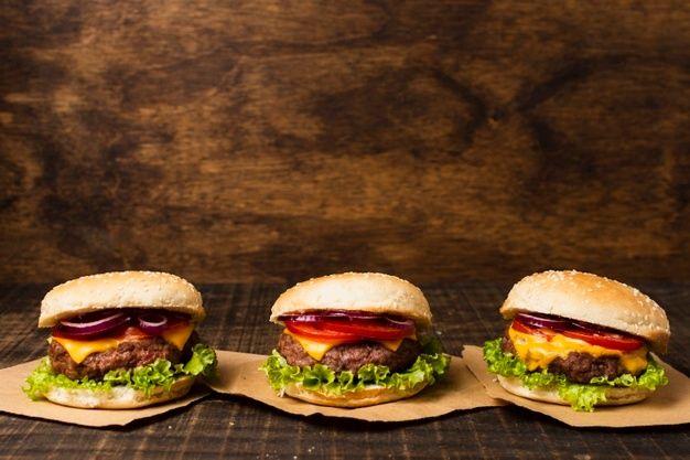 Hambúrgueres Na Mesa De Madeira Com Espaço De Cópia Food Menu Design Food Burger