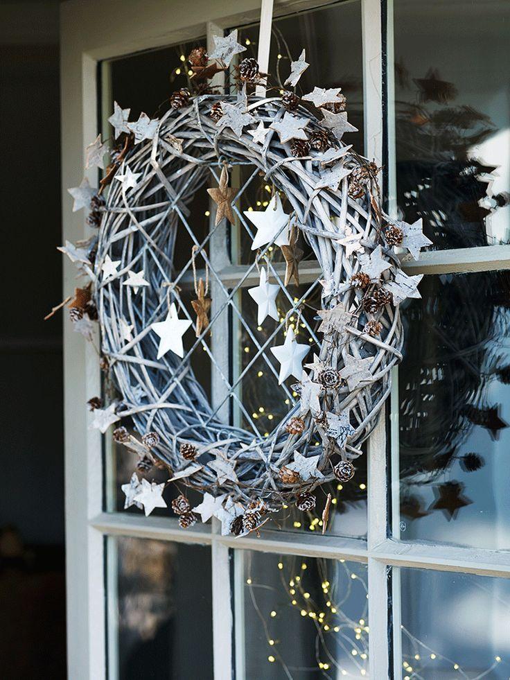 er kan meer met de geprikte sterren... love this very Scandinavian wreath with stars for winter decor! KL