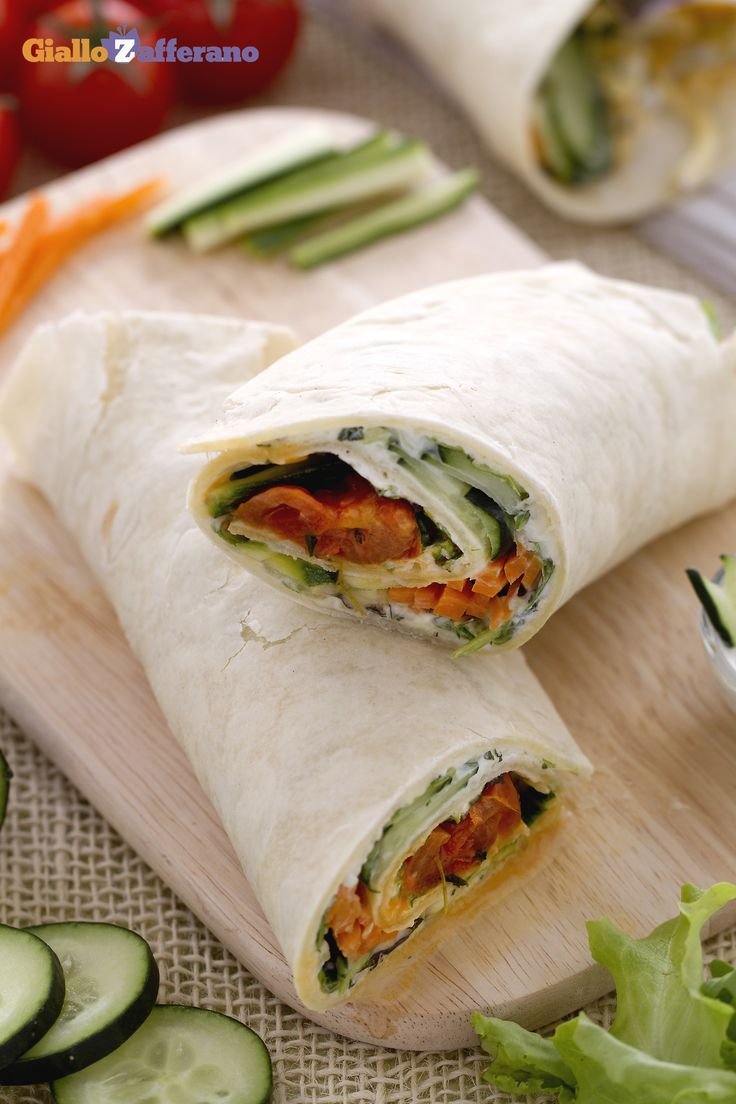 I veggie wrap sono leggeri, ricchi di verdure croccanti, gustosi pomodorini ciliegini caramellati in padella e feta. #ricetta #GialloZafferano #vegetariani #vegetarian