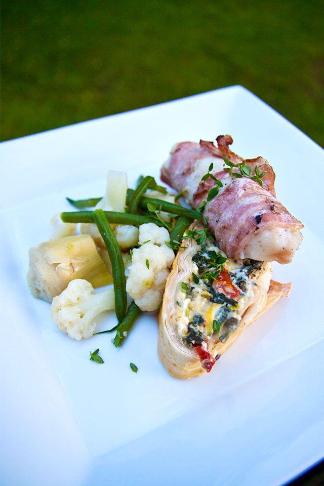Baconlindad torsk med syrade grönsaker, chutneysås och fylld filodegsrulle