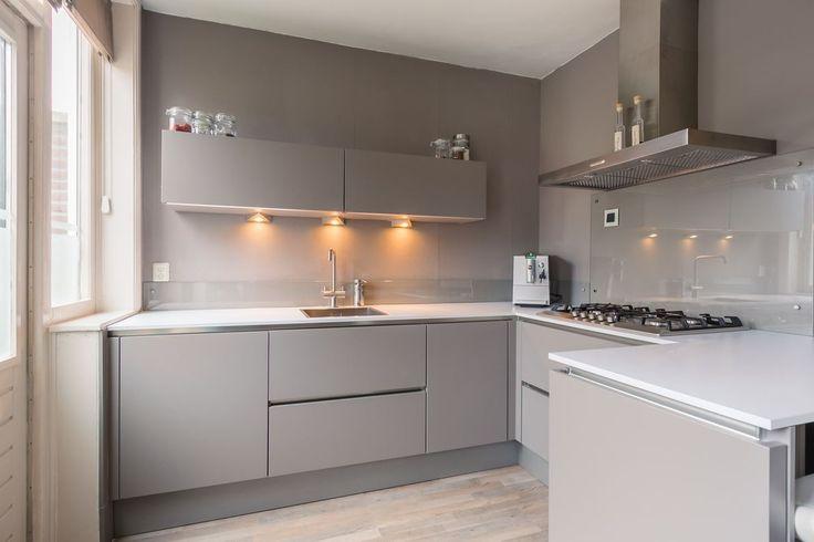 Goede onderhouden en gemoderniseerde bovenwoning in het stadshart van Leeuwarden met zonnig dakterras op het zuiden, luxe badkamer en keuken, L-vormige lichte woonkamer en twee slaapkamers. Sobere en rustige voorgevel, luxe en licht aan de binnenzijd