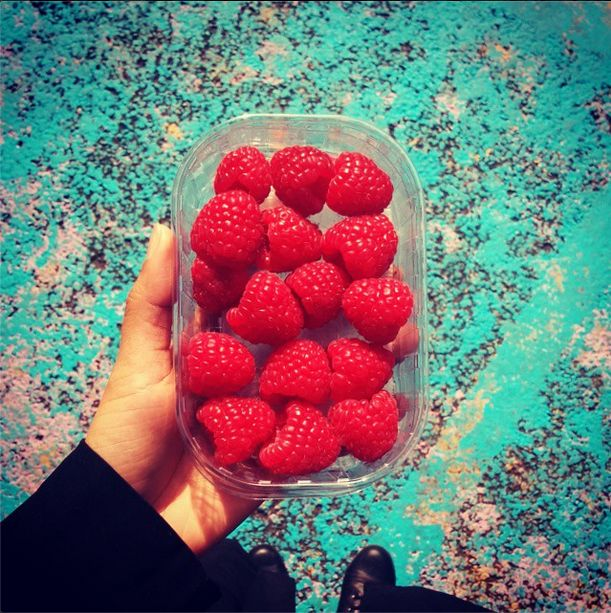Fresh berries and color contrast is all Anisha needed to start off a perfect day in #London!