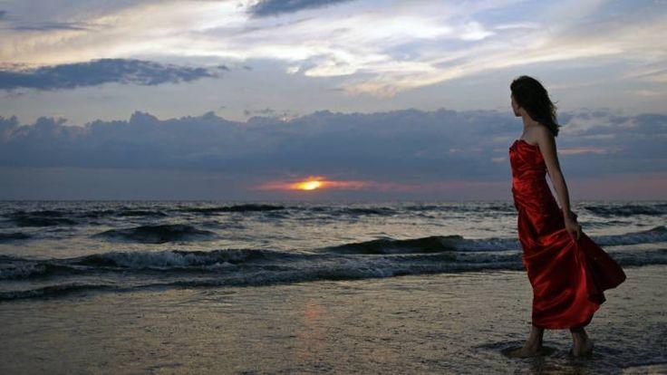 Обои Девушка в красном платье на берегу моря