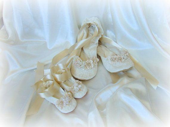 Willkommen süße Braut! Ich wäre geehrt, die Ihre Hochzeitsschuhe machen! Alle Schuhe in meinem Shop sind individuell maßgefertigt von mir, um jede Braut bestimmte Maße. Lesen Sie bitte die letzten Fotos für visuelle Anweisungen wie Messen Ihre 1. LÄNGE 2. BREITE 3. TOP BREITE 4. FERSE BREITE 5. KNÖCHEL Sie müssen diese Maße EINSCHLIEßEN. und Ihre 6. FARBEN ZUR AUSWAHL Foto 1 Ivory-auflisten, wenn Sie ein dunkles Elfenbein interessiert sind kontaktieren Sie mich bitte Foto 2 Champagner…