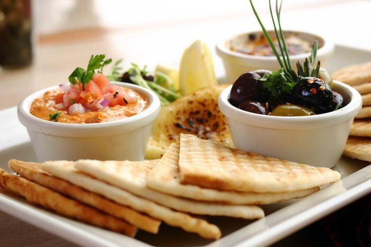 Ingrediente tipice pentru bucateria mediteraneana: paine alba, masline si paste de legume.