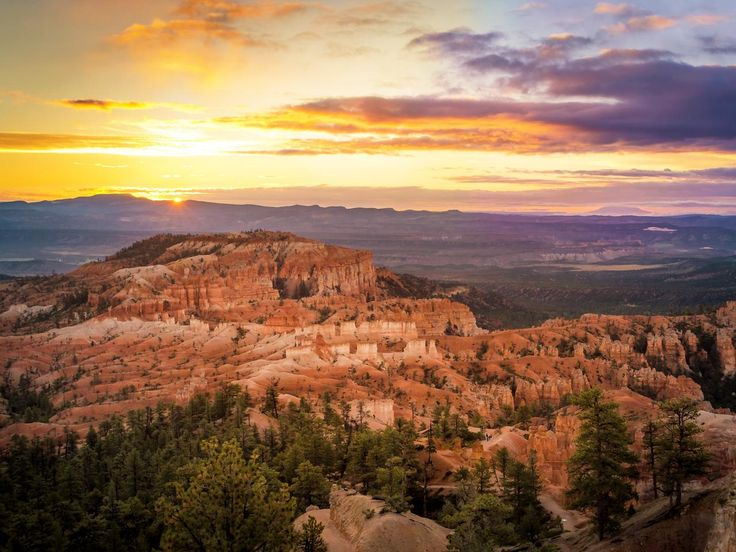 There are 2 campgrounds in the park, and the Sunset Campground is located just west of some of the park's best easy-to-moderate hiking trails that begin at Sunset Point.