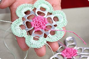 Crocheting with pop tabs...how cool!  Tutorial from Escama Studio.