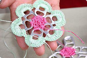 #crochet #craft #diy: Sodas Tabs, Crochet Flowers, Flowers Crochet, Crafts Ideas, Pull Tabs, Crochet Pop Tabs Flowers, Crochet Crafts, Cans Tabs Crafts, Pop Tops