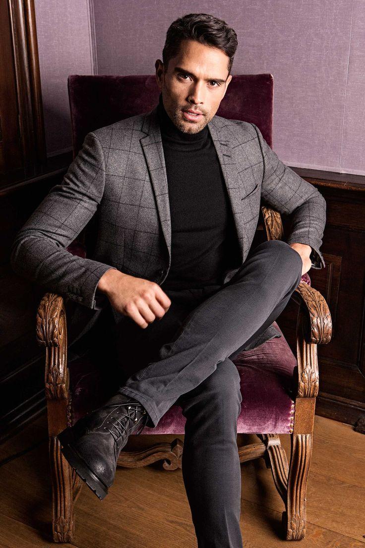 Rustikal, urban und kernig - so lässt sich wohl der aktuelle Großstadt Suit Trend beschreiben. Nicht typisch Business, aber durchaus tauglich. Das klassische Tweed Jacket prägt den britischen Flair und verleiht dem Look so seinen rougheren Touch. Ob als kompletter Anzug oder in Kombination mit schlichter Jeans, mit Hemd oder strengem Rollkragenpullover, der britische Stil wirkt stets seriös und Gentleman like. #soerenfashion #suit #tigerofsweden #soerenvintage #mensfashion