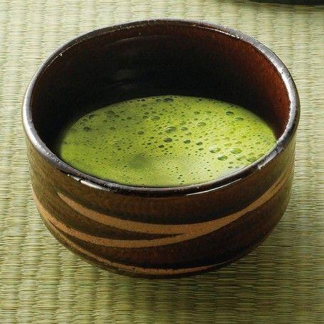 ◆◆◆割引特典◆◆◆  ご注文金額5万円以上で5%OFFいたします!  ご注文後、ご購入金額に対して5%を割引きいたします。リーズナブルな抹茶碗です。岐阜県・東美濃で生産される多種多様な焼物『美濃焼』。長い歴史と伝統に支えられた美濃焼は、食器類の生産が全国シェアの約60%を占めており、日本の焼物の代表といっても過言ではありません。日常生活の中で何気なく使われ、知らないうちに溶け込んでいる焼物。それが『美濃焼』です。美濃焼の歴史は古く、今から1300年以上前まで遡ります。最初は朝鮮半島から須恵器の技術が伝えられました。平安時代(10世紀)になると白瓷と言われる灰釉を施した陶器が焼かれるようになりました。この白瓷は須恵器を改良し、釉薬を使ったものです。この頃から窯の数も多くなり、本格的な焼き物生産地となりました。安土桃山時代から江戸時代初頭にかけて、茶の湯の流行と共に茶人の好みを反映した焼き物が生産されました。 昭和初期には高級品需要も増え、益々の機械化と同時に技術も著しく向上しました。…