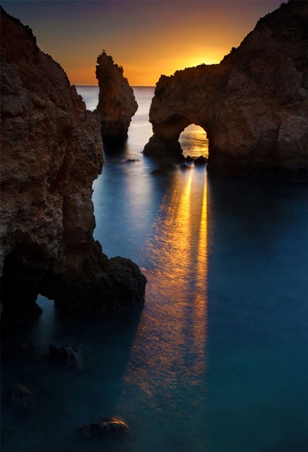 Sunset in Carvoeiro Beach, Algarve, Portugal UN BELLO LUGAR Y UNA EXCELENTE TOMA.