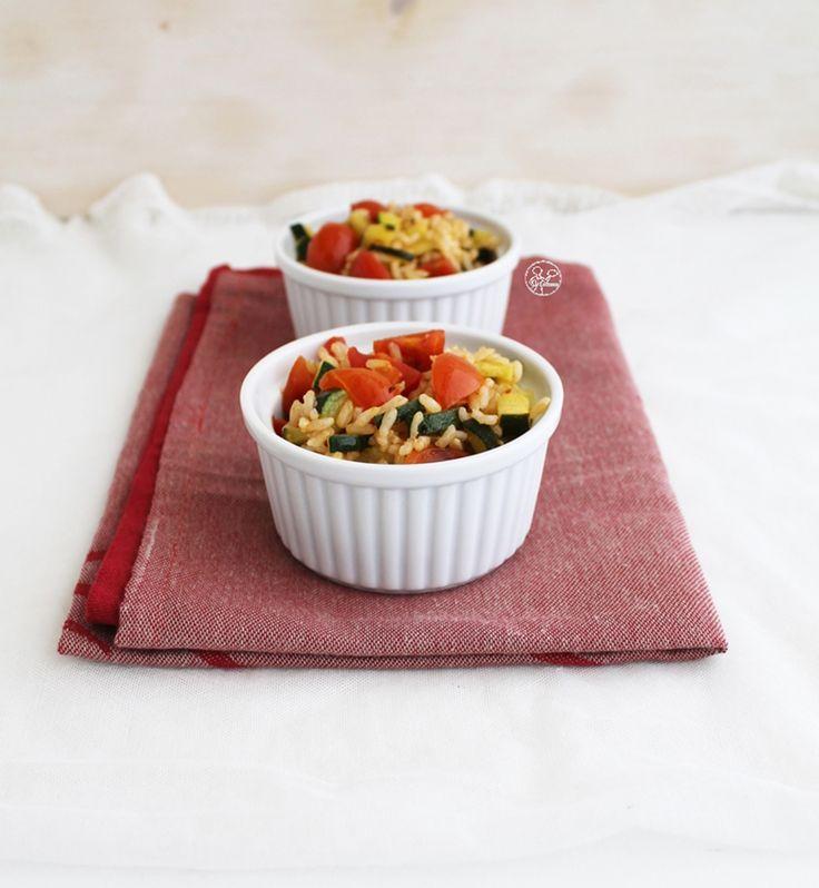 Insalata calda di riso, zucchine e pomodorini, un piatto squisito, vegano, senza glutine e sano da consumare senza sensi di colpa.