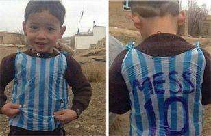 Niño con la camiseta de Messi hecha con bolsas recibió la sorpresa de su vida | Virales