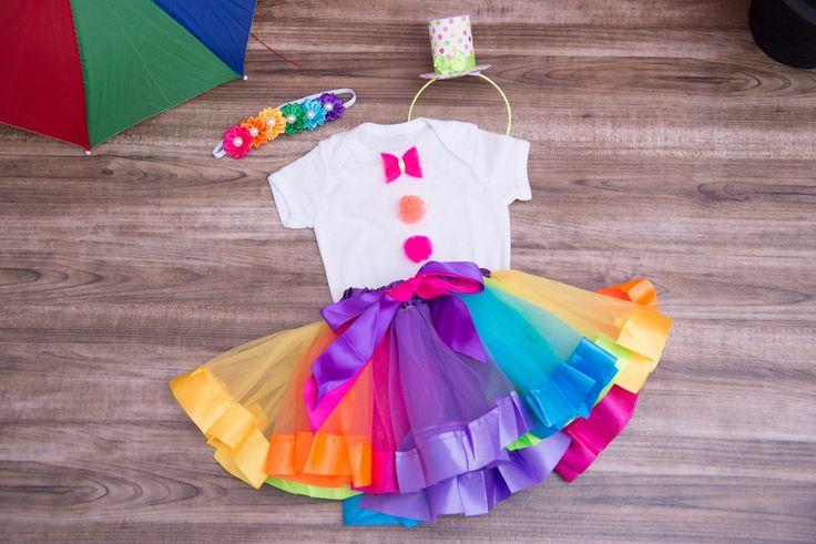 Fantasia de Palhacinha: 1 body ou camiseta 1 saia de tule colorida 1 tiara de chapéu ou faixa de flores coloridas