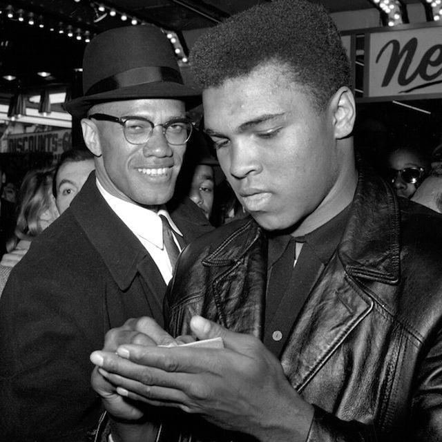 Malcolm X insieme a Muhammad Ali, campione mondiale dei pesi massimi di boxe, fuori da un cinema di New York nel 1964