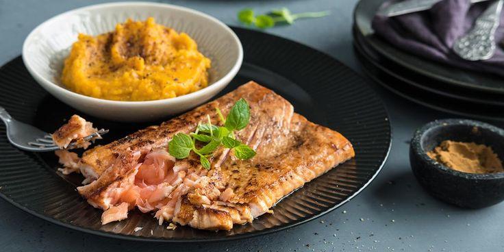 Lettstekt laks med rå kjerne er en herlig måte å spise fisk på. Krydret med lakrispulver får den en himmelsk smak som ikke kan beskrives. Den må oppleves.