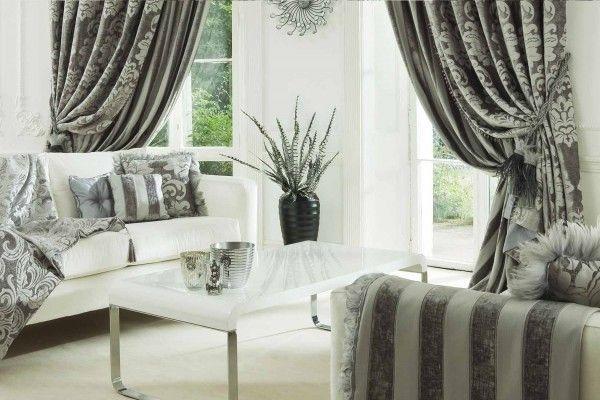 Серые длинные шторы с узором и подхватами к полосатой мебели в интерьере гостиной фото