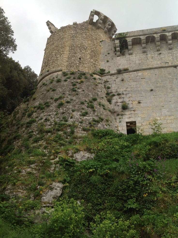 Vista della torre camminando verso l'ingresso secondario del castello (posteriore). Roccia e pietra: metamorfosi 1.