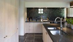 HTE   Projecten   Herbosch - Van Reeth Architectuur - detail zwarte tegels en blad (niet vloer)