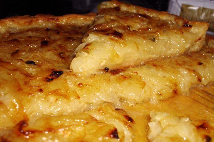 Para las personas que les guste la cebolla, estamos seguros que disfrutarán de esta receta de tarta de cebolla, no es muy difícil de realizar aunque es cier