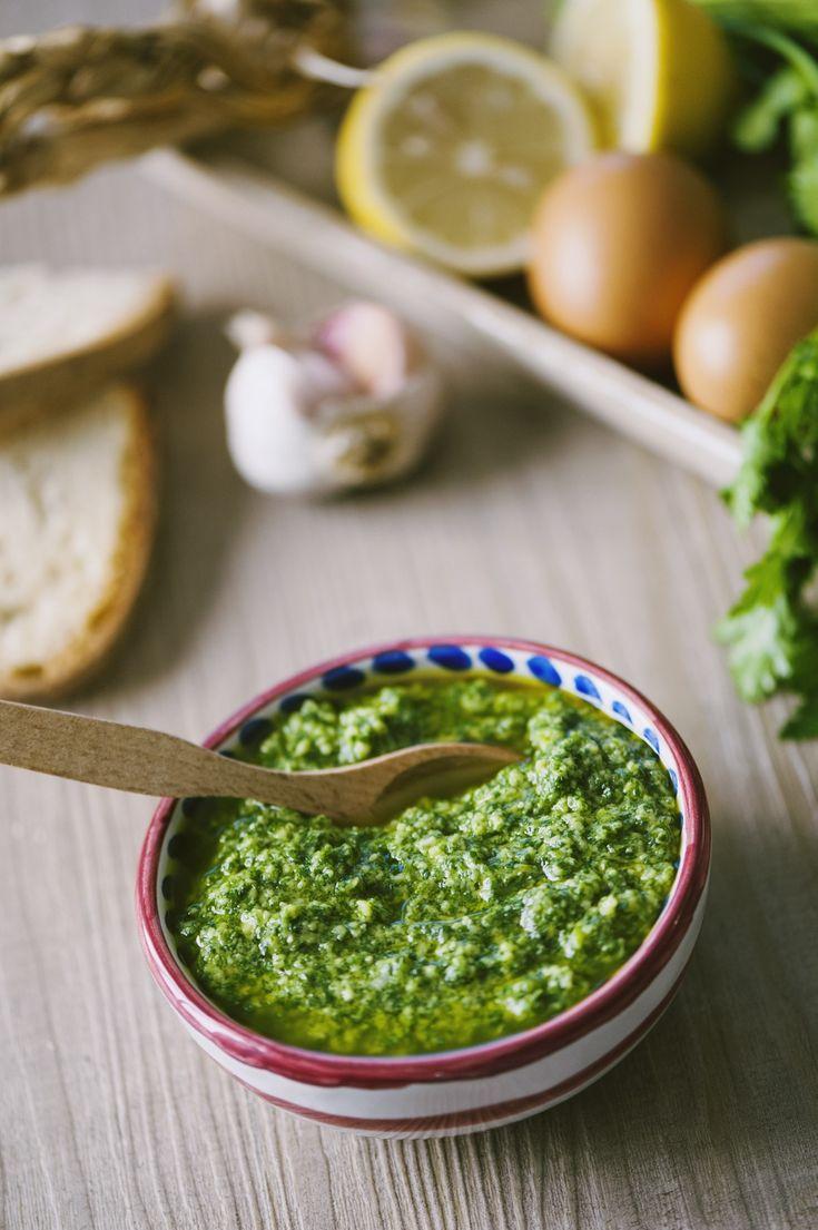 Sulla carne, sulle verdure, su semplici crostini, per arricchire la pasta fresca... ecco una ricetta natalizia che non può mancare: la salsa verde toscana!