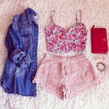 Mt fofo!! Regata rosa florida,short rosa claro,casaco jeans,bolsa de mão vermelha e acessórios!!