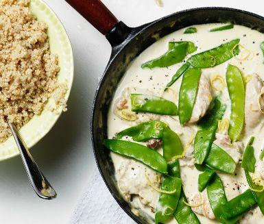 Denna kycklingpanna är en krämig och god maträtt som smaksatts med citron och rosmarin. De spröda sockerärtorna bidrar med en härlig krispighet till den möra kycklingen. Serveras med ris och ett gott bröd.
